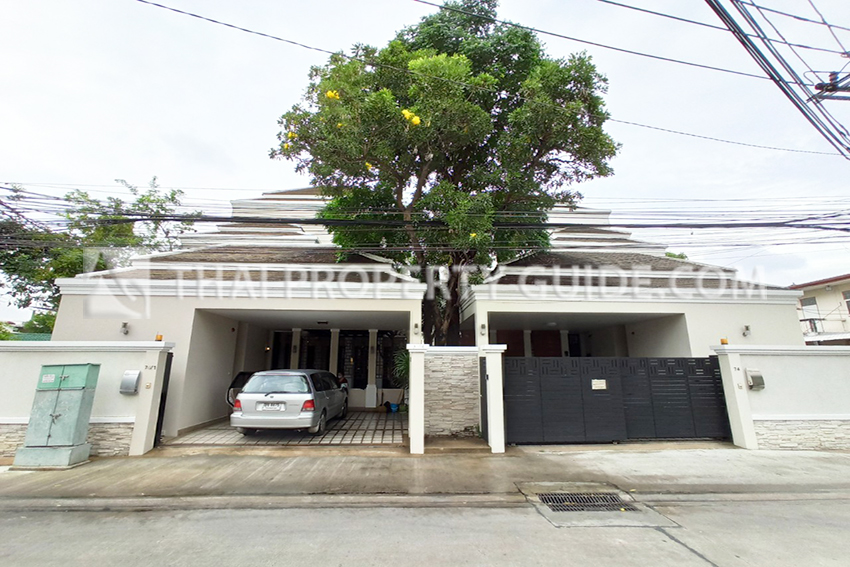 House with Private Pool in Phaholyothin