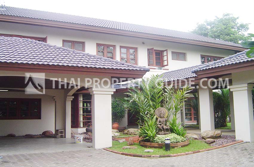 House with Shared Pool in Bangnatrad